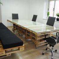 Стол и сиденья из поддонов для офиса МО17