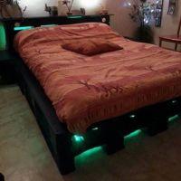 Кровать с подсветкой из паллет КРО23
